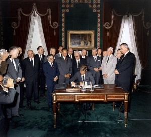 1963 JFK signs Atmospheric Test Ban Treaty