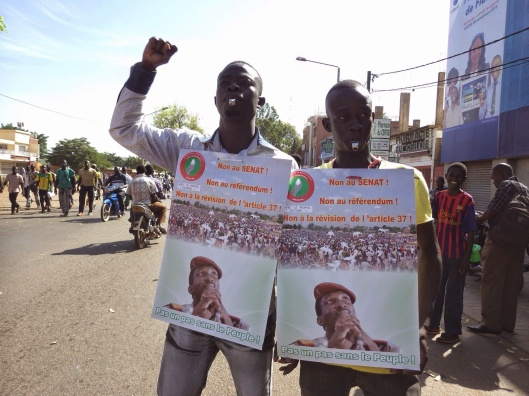 Protesters with Sankara image http://azls.blogspot.com/2014/10/burkina-faso-explosion-populaire.html (Copyleft)