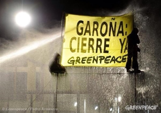Greenpeace activists are sprayed with a power hose at the Garoña Nuclear Plant (11/20/2008 © Greenpeace / Pedro Armestre)