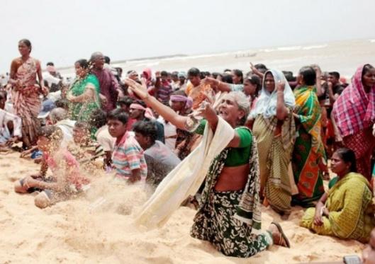 kneeling woman on the beach/Koodankulum protest from Dianuke.org